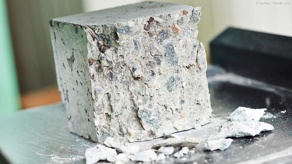Prüfung von Beton im Baustofflabor